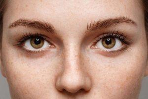 Hoe verzorg je de huid rond je ogen?